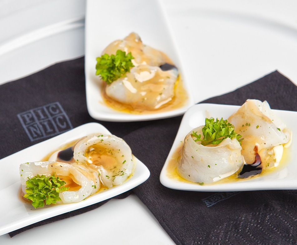 Cucharitas de Bacalao Marinado con Crema de Ajo Suave y Praliné de Piñones Tostados