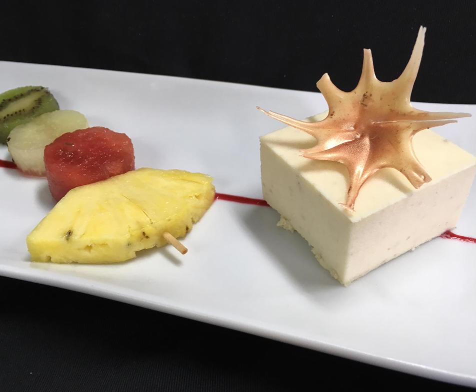 Mousse de Piñones de Pedrajas con Coulis de Fresa, Mejillón de Dulce de Arce con Nueces de Pecan y Piruleta de Fruta bañada en Chocolate